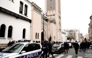 Αστυνόμευση έξω από μεγάλο τζαμί του Παρισιού, χθες, στον απόηχο των επιθέσεων στη Νέα Ζηλανδία.