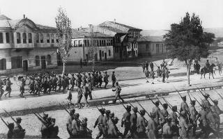 Παρέλαση Πεζικού στο Εσκί Σεχίρ (Εθνικό Ιστορικό Μουσείο, Αθήνα).