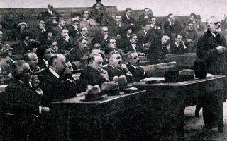 Στιγμιότυπο από τη δίκη των Εξ. Δεξιά, ο Π. Πρωτοπαπαδάκης, πρώην πρωθυπουργός και υπουργός Οικονομικών στην κυβέρνηση Γούναρη, καθώς ομιλεί (Εθνικό Ιστορικό Μουσείο, Αθήνα).