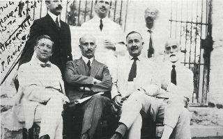 Ο Αλέξανδρος Παπαναστασίου (δεύτερος από αριστερά, καθιστός) και οι συγκατηγορούμενοί του στη Δίκη της Λαμίας (Ιστορία του Ελληνικού Έθνους, τόμ. ΙΕ, Εκδοτική Αθηνών).