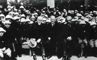 Α. Δοξιάδης, Χ. Μόργκεντάου, πρόεδρος της Επιτροπής Αποκατάστασης Προσφύγων, και Ελ. Βενιζέλος στο Ζάππειο, με ορφανά προσφυγόπουλα από τη Μικρά Ασία, Φεβρουάριος 1924 (Εθνικό Ίδρυμα Ερευνών και Μελετών «Ελευθέριος Κ. Βενιζέλος», Χανιά).