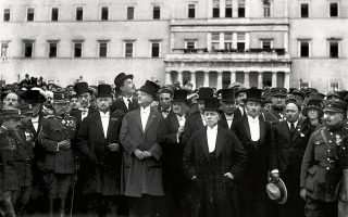 Ο Αλέξανδρος Παπαναστασίου και άλλοι πολιτικοί και στρατιωτικοί παράγοντες κατά τον εορτασμό της 25ης Μαρτίου 1924 (Συλλογή Π. Πουλίδη, Αρχείο ΕΡΤ ΑΕ, Αθήνα).
