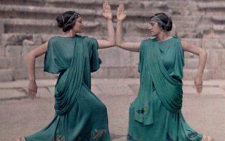 1930: Πρόβες για τις Δελφικές Εορτές. Τα φορέματα είναι υφασμένα από την Εύα Πάλμερ (Αρχείο Κώστα Μπουρναζάκη).