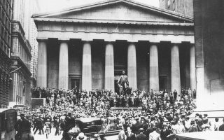 Wall Stree in trading panic - Crewds stand on the top of the Sub Treasury Building across the street from the New York Stock Exchange when collapse of the market was reportet due to heavy trading, Oct. 24, 1929. (AP-Photo)