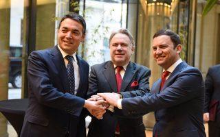 Ο Γιώργος Κατρούγκαλος (κέντρο) με τον υπουργό Εξωτερικών της Βόρειας Μακεδονίας Νίκολα Ντιμιτρόφ (αριστερά) και τον αντιπρόεδρο της χώρας με αρμοδιότητα τις Ευρωπαϊκές Υποθέσεις, Μπουγιάρ Οσμάνι (δεξιά), κατά τη χθεσινή συνάντησή τους στις Βρυξέλλες.