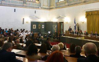 Γέμισε η αίθουσα της Παλιάς Βουλής το πρωί της Κυριακής για την εκδήλωση που, εκτός από απαγγελίες ποιημάτων και ομιλίες, είχε και δημοτικά τραγούδια.