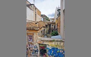 Μικρό σπίτι με νεοκλασική πρόσοψη και εσωτερική αυλή με δωμάτια, στη Χριστοκοπίδου 6, Ψυρρή.