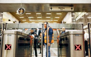 Το σταδιακό κλείσιμο των πυλών στους σταθμούς του μετρό μείωσε σημαντικά τη λαθρεπιβίβαση. Σύμφωνα με εκτιμήσεις, η αύξηση εσόδων τον Φεβρουάριο αναμένεται να ξεπεράσει το 20%.