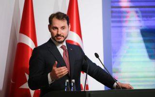 Ο Τούρκος υπουργός Οικονομικών Μπεράτ Αλμπαϊράκ προβλέπει ραγδαία αποκλιμάκωση του πληθωρισμού σε «μονοψήφιο ποσοστό» μέχρι το φθινόπωρο. Την ίδια στιγμή, όμως, υπόσχεται στους Τούρκους ψηφοφόρους πως τα επιτόκια της τουρκικής λίρας σύντομα θα μειωθούν.