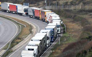 Ουρά φορτηγών στον δρόμο προς το λιμάνι του Ντόβερ, στη νότια Αγγλία, λόγω απεργιακής κινητοποίησης των Γάλλων τελωνειακών υπαλλήλων.