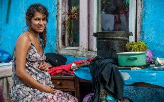 Εγκυος στην αυλή του σπιτιού της στην Μπάια Μάρε της Ρουμανίας.