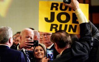 Ο πρώην αντιπρόεδρος Τζο Μπάιντεν ποζάρει για σέλφι με οπαδούς του, που τον παροτρύνουν να κατεβεί στις προεδρικές εκλογές, παραφράζο-ντας ένα θρυλικό τραγούδι του Τσακ Μπέρι.