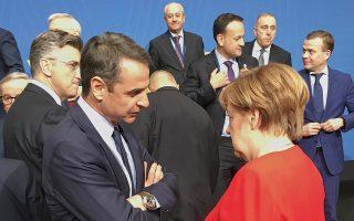 Ο πρόεδρος της Ν.Δ. Κυρ. Μητσοτάκης συνομιλεί με τη Γερμανίδα καγκελάριο Αγκελα Μέρκελ, λίγο πριν από την οικογενειακή φωτογραφία στη συνεδρίαση του Ευρωπαϊκού Λαϊκού Κόμματος, στις Βρυξέλλες.