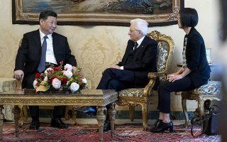 Στιγμιότυπο από τη χθεσινή συνά-ντηση του Κινέζου ηγέτη Σι Τζινπίνγκ με τον Ιταλό πρόεδρο Σέρτζιο Ματαρέλα, στη Ρώμη.