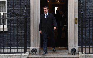 Το τέλος μιας ακόμη σύσκεψης στην Ντάουνινγκ Στριτ. Η βρετανική κυβέρνηση συνεχίζει να επιδιώκει την έγκριση της συμφωνίας αποχώρησης.