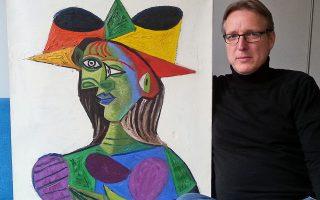 O Oλλανδός «Ιντιάνα Τζόουνς των κλεμμένων έργων τέχνης», ο ντετέκτιβ τέχνης Αρθουρ Μπραντ, ποζάρει με τον πίνακα «Πορτρέτο της Ντόρα Μάαρ», που είναι γνωστός και ως «Γυναικείο μπούστο». Το αριστούργημα του Πικάσο είχε κλαπεί από την πολυτελή θαλαμηγό Σαουδάραβα, πριν από είκοσι χρόνια. Ο Μπραντ ανέλαβε την υπόθεση το 2015 και κατάφερε να τον εντοπίσει στον ολλανδικό υπόκοσμο.