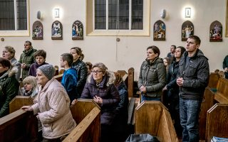 Λειτουργία, μεταφρασμένη στην πολωνική γλώσσα για τους μετανάστες, σε ρωμαιοκαθολική εκκλησία στο Μπόστον της Αγγλίας.