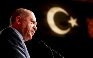Ο Τούρκος πρόεδρος Ταγίπ Ερντογάν προκάλεσε χθες για μία ακόμη φορά θυμηδία στους οικονομολόγους, που επανειλημμένως καλούν την Τράπεζα της Τουρκίας να αυξήσει τα επιτόκια για να ανακόψει την πτώση της λίρας και την άνοδο του πληθωρισμού. Επέρριψε τα δεινά της τουρκικής οικονομίας στα υψηλά επιτόκια και τόνισε πως πρέπει να μειωθούν, προκειμένου να υποχωρήσει ο πληθωρισμός.