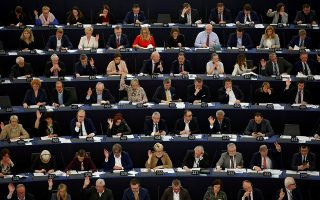 Mέλη του Ευρωκοινοβουλίου συμμετέχουν σε ψηφοφορία στο Στρασβούργο.