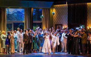 Η αριστουργηματική όπερα του Μότσαρτ φέρνει ισότιμα στο φως τους φωτεινούς και σκοτεινούς χαρακτήρες της κοινωνίας.