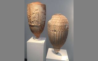 Τα δύο αττικά αγγεία εντοπίστηκαν σε διεθνή έκθεση, στο περίπτερο του Ελβετού Ζαν-Ντέιβιντ Καν, από πρώην φοιτητή του ερευνητή Χρήστου Τσιρογιάννη. Εκείνος τα ταύτισε με αρχαιότητες που απεικονίζονται στο κατασχεθέν φωτογραφικό αρχείο του Ιταλού εμπόρου τέχνης Τζιανφράνκο Μπεκίνα.