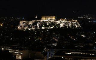 Ο λόφος της Ακρόπολης με τον ναό του Παρθενώνα φωτισμένο λίγο πριν σβήσουν τα φώτα τους, κατά τη διάρκεια της πρωτοβουλίας που έχει ονομαστεί
