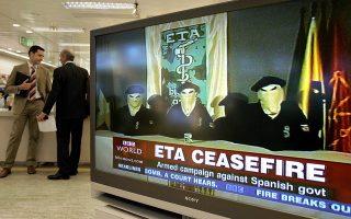 H ένοπλη αυτονομιστική οργάνωση των Βάσκων, ΕΤΑ (Βασκική Γη και Ελευθερία), ανακοινώνει τη λήξη του πολυετούς ένοπλου αγώνα της εναντίον της ισπανικής κυβέρνησης, σκοπός του οποίου ήταν η δημιουργία ανεξάρτητου από τη Μαδρίτη βασκικού κράτους στα βόρεια σύνορα της Ισπανίας, το 2006. (AP Photo/Bernat Armangue)