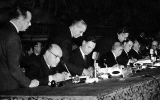 Σε μία εμβληματική στιγμή της μεταπολεμικής τάξης πραγμάτων στη Γηραιά Ήπειρο, υπογράφεται στην «Αιώνια Πόλη» από εκπροσώπους του Βελγίου, της Ολλανδίας, του Λουξεμβούργου, της Ιταλίας, της Γαλλίας και της Δυτικής Γερμανίας η συνθήκη για την ίδρυση της Ευρωπαϊκής Οικονομικής Κοινότητας (ΕΟΚ), με την 25η Μαρτίου του 1957 να μένει στην ιστορία ως η επίσημη ημερομηνία γέννησης της Ευρωπαϊκής Ένωσης. (AP Photo/Mario Torrisi)