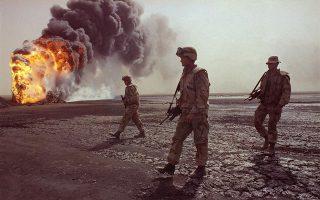 Τρεις Αμερικανοί πεζοναύτες περιπολούν μία έρημη και άγονη περιοχή κοντά στην Πόλη του Κουβέιτ, πλούσια ωστόσο σε κοιτάσματα πετρελαίου, κατά τη διάρκεια του Πολέμου του Κόλπου, το 1991. (AP Photo/John Gaps III)