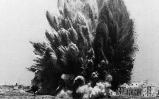 Τουλάχιστον 300 στρατιώτες και αξιωματικοί των εθνικιστικών δυνάμεων του στρατηγού Φρανθίσκο Φράνκο σκοτώθηκαν από την εξαιρετικά ισχυρή αυτή έκρηξη, η οποία σημειώθηκε σε ένα πενταώροφο κτίριο της Μαδρίτης, στο πλαίσιο του Ισπανικού Εμφυλίου Πολέμου, το 1938. (AP Photo)