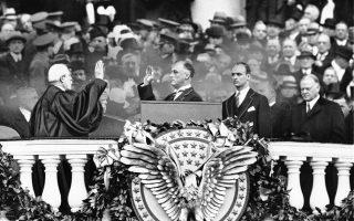 Ο Φραγκλίνος Ντελάνο Ρούζβελτ ορκίζεται 32ος πρόεδρος των Ηνωμένων Πολιτειών, θέση στην οποία θα παραμείνει μέχρι τον θάνατο του, το 1945, καταφέρνοντας να κάνει τις Ηνωμένες Πολιτείες να σταθούν και πάλι στα πόδια τους στην επαύριο της μεγάλης οικονομικής κρίσης του 1929, αλλά και να φέρει εις πέρας με επιτυχία τον γολγοθά του Β' Παγκοσμίου Πολέμου, στην Ουάσιγκτον, το 1933. Δεξιά από τον Αμερικανό πρόεδρο στέκεται ο μεγαλύτερος γιος του, Τζέιμς Ρούζβελτ και ο προκάτοχος του στο προεδρικό αξίωμα, Χέρμπερτ Χούβερ. (AP Photo)