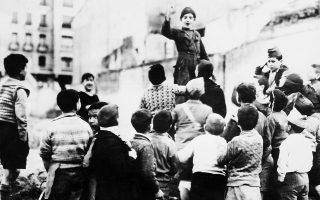 Η φρίκη του εμφύλιου σπαραγμού μπλέκεται παράδοξα με την παιδική αθωότητα σε αυτή τη γειτονιά της Μαδρίτης, όπου τα παιδιά παίζουν τους «πολιτοφύλακες», κατά τη διάρκεια της πολιορκίας της ισπανικής πρωτεύουσας από τις δυνάμεις του Φρανθίσκο Φράνκο, το 1937. (AP Photo)