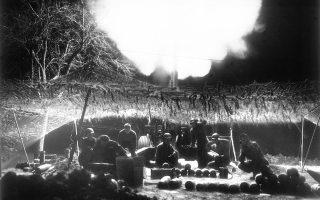 Στρατιώτες της 7ης Αμερικανικής Στρατιάς σφυροκοπούν με κανονιοβολισμούς τα υπό υποχώρηση γερμανικά στρατεύματα, λίγο μετά την κατάληψη της κοινότητας του Ρέχτενμπαχ, κατά τη διάρκεια της τελευταίας φάσης της συμμαχικής προέλασης στα εδάφη του Τρίτου Ράιχ, το 1945. (AP Photo/Jim Pringle)