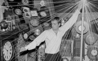 O Σκωτσέζος ηθοποιός Ντέιβιντ ΜακΚάλουμ υποδύεται έναν εκκεντρικό εφευρέτη και ταξιδιώτη στον χρόνο στο κλασικό επεισόδιο της θρυλικής σειράς επιστημονικής φαντασίας «The Outer Limits», με τίτλο «The Forms of Things Unknown», το 1964. (AP Photo)