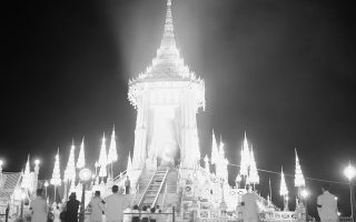 Τέσσερα χρόνια μετά τη μυστηριώδη δολοφονία του 21χρονου μονάρχη της Ταϊλάνδης, Ανάντα Μαχιντόλ, γνωστού με το βασιλικό όνομα Ραμά ο 8ος, λαμβάνει χώρα στη Μπανγκόκ η αποτέφρωση της σορού του, η οποία αποτέλεσε μία μεγαλειώδη τελετή που φώτισε κυριολεκτικά την ταϊλανδέζικη πρωτεύουσα, το 1950  (AP Photo/Charles Gorry)