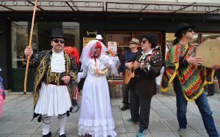 Οι θίασοι των μεταμφιεσμένων «Μπουλούκια»  με τη συνοδεία μουσικών στο κέντρο της Λάρισας, το  Σάββατο 9 Μαρτίου 2019. Η πόλη της Λάρισας, τα τελευταία χρόνια έχει αποκτήσει το δικό της αποκριάτικο έθιμο. Βασισμένο στην ελληνική παράδοση, ο δήμος Λαρισαίων και οι πολιτιστικοί σύλλογοι της πόλης διοργανώνουν τα «μπουλούκια». Την ημέρα της αποκριάς, ομάδες χορευτών των πολιτιστικών συλλόγων της πόλης αναβιώνουν τα παραδοσιακά έθιμα από κάθε σημείο της χώρας. Μεταμφιεσμένοι μουσικοί από τους συλλόγους δημιουργούν ομάδες (μπουλούκια) και με γκάιντες, νταούλια, κλαρίνα, κιθάρες, βιολιά ξεσηκώνουν την πόλη με τα τραγούδια τους, τους αστεϊσμούς και τις αθυροστομίες τους. Στη συνέχεια πραγματοποιήθηκε  και ένα μεγάλο γλέντι με τον βιρτουόζο του κλαρίνου Πετρολούκα Χαλκιά και τον ερμηνευτή του παραδοσιακού τραγουδιού Αντώνη Κυρίτση.  ΑΠΕ-ΜΠΕ/ΑΠΕ-ΜΠΕ/ΑΠΟΣΤΟΛΗΣ ΝΤΟΜΑΛΗΣ