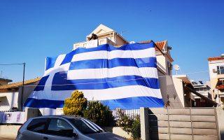 Με μία τεράστια Ελληνική σημαία κάλυψε το σπίτι του ένας κάτοικος της Νέας Κίου του Δήμου Άργους Μυκηνών στην Αργολίδα, το Σάββατο 23 Μαρτίου 2019. Η εν λόγω σημαία έχει ούτε λίγο ούτε πολύ μέγεθος 140 τετραγωνικά μέτρα.  Την Σημαία τοποθέτησε στο σπίτι του ο Ιωάννης Αθανασόπουλος κάτοικος Νέας Κίου εν όψη της εορτής της 25 Μαρτίου . Το θέαμα εντυπωσιακό καθώς και η τεράστια σημαία φαίνεται από πολύ μακριά. ΑΠΕ-ΜΠΕ/ΑΠΕ-ΜΠΕ/ΜΠΟΥΓΙΩΤΗΣ ΕΥΑΓΓΕΛΟΣ