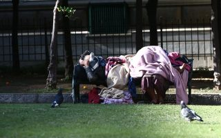 Δύο άστεγοι στο κέντρο της Αθήνας. «Οι άστεγοι εδώ είναι ντόπιοι, στη Γερμανία η φτώχεια είναι εισαγόμενη…». INTIME NEWS / ΠΑΝΑΓΙΩΤΗΣ ΤΖΑΜΑΡΟΣ