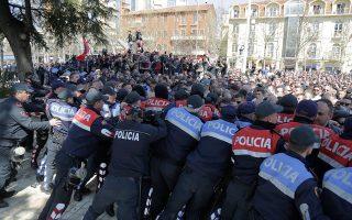 Οι πλατείες στα δυτικά Βαλκάνια «βράζουν», με τους πολίτες στην Αλβανία (φωτ.) και στις χώρες της πρώην Γιουγκοσλαβίας να εκφράζουν ανοικτά τη δυσαρέσκειά τους για τις κυβερνήσεις τους. Kοινωνίες βυθισμένες στην απογοήτευση, με τον εθνικισμό να επωάζεται σε πρόσφορο έδαφος.