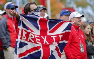 epa05562625 A golf fan holds a Brexit flag during practice for the 2016 Ryder Cup at Hazeltine National Golf Club in Chaska, Minnesota, USA, 29 September 2016. The Ryder Cup 2016 runs from 29 September to 02 October.  EPA/ERIK S. LESSER
