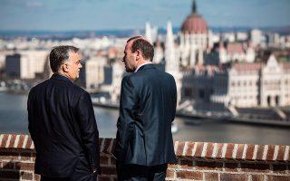 Στιγμιότυπο από τη συνάντηση Ορμπαν - Βέμπερ χθες στη Βουδαπέστη.