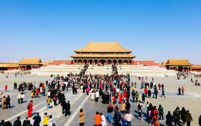 Ογδόντα χιλιάδες άνθρωποι είναι  ο μέγιστος αριθμός επισκεπτών που επιτρέπεται ημερησίως, σύμφωνα με τον κανονισμό λειτουργίας της, να δεχθεί η Απαγορευμένη Πόλη. (Φωτογραφία: ΤΑΣΟΥΛΑ ΕΠΤΑΚΟΙΛΗ)