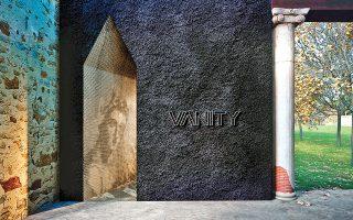 Το χρώμα του ηφαιστείου κυριαρχεί στους οικίσκους που σχεδίασε το αρχιτεκτονικό γραφείο Kois Architects για την έκθεση στην εντυπωσιακή Παλαίστρα.