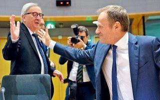 O Ζαν-Κλοντ Γιούνκερ με τον πρόεδρο του Ευρωπαϊκού Συμβουλίου Ντόναλντ Τουσκ, χθες στις Βρυξέλλες.