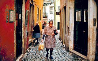 Ηλικιωμένες κυρίες επιστρέφουν από την αγορά στη συνοικία Αλφάμα.