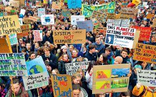 Τουλάχιστον 20.000 νέοι, κρατώντας εμπνευσμένα πλακάτ όπως «Θα πάμε σχολείο αν διατηρήσετε το κλίμα δροσερό», συμμετείχαν στην καθιερωμένη απεργία της Παρασκευής κατά της κλιματικής αλλαγής, στο Βερολίνο. Χθες πραγματοποιήθηκαν διαδηλώσεις σε 2.000 πόλεις σε όλο τον κόσμο.