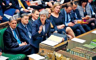 Η Βρετανίδα πρωθυπουργός Τερέζα Μέι δέχθηκε χθες να εγκαταλείψει το αξίωμά της, εφόσον οι βουλευτές του κόμματός της υπερψηφίσουν τη συμφωνία αποχώρησης της Βρετανίας από την Ε.Ε. Ωστόσο, δεν είναι καν σαφές αν η συμφωνία μπορεί να έρθει εκ νέου στη Βουλή. Πάντως, αρκετοί Συντηρητικοί βουλευτές που είχαν ταχθεί εναντίον της δήλωσαν ότι θα τη στηρίξουν. Αντιθέτως, το βορειοϊρλανδικό κόμμα DUP, ο κυβερνητικός εταίρος της Μέι, παρέμεινε αμετακίνητο στην απόρριψη της συμφωνίας.
