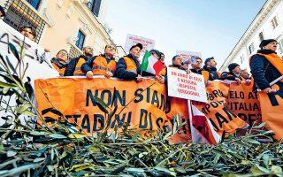 Εκτακτη επιχορήγηση και ενίσχυση των υποδομών απαίτησαν πριν από δύο εβδομάδες, σε διαδήλωσή τους στη Ρώμη, Ιταλοί ελαιοπαραγωγοί, η σοδειά των οποίων αναμένεται φέτος μειωμένη κατά 57% λόγω των ακραίων καιρικών φαινομένων. Για πρώτη φορά φέτος, η Ιταλία πρόκειται να εισαγάγει λάδι, ενώ ανάλογα προβλήματα αντιμετωπίζουν αγρότες και σε άλλες χώρες της μεσογειακής λεκάνης.