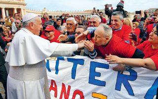 Ο Προκαθήμενος της Ρωμαιοκαθολικής Εκκλησίας Πάπας Φραγκίσκος χαιρετάει πιστούς στην πλατεία του Αγίου Πέτρου, κατά τη χθεσινή γενική ακρόαση, επιτρέποντάς τους να φιλήσουν το παπικό δαχτυλίδι, κάτι που δεν είχε επιτρέψει προ διημέρου προκαλώντας κατακραυγή.