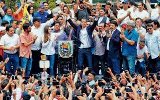 Ο επικεφαλής της αντιπολίτευσης της Βενεζουέλας Χουάν Γκουαϊδό περιστοιχίζεται από υποστηρικτές του μετά την άφιξή του χθες στο αεροδρόμιο του Καράκας, όπου δεν συνελήφθη παρότι του είχε επιβληθεί δικαστική απαγόρευση εξόδου από τη χώρα.